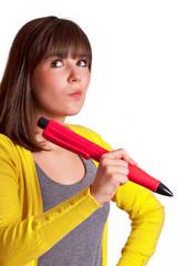Frau hält übergroßen Stift in der Hand