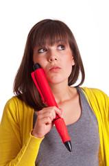 Frau mit großem Stift denkt nach