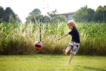 Junger Fussballspieler beim schießen