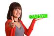 Frau mit Schriftzug Garantie und Top Daumen