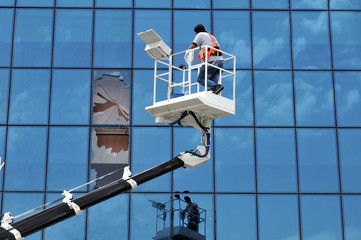 Lift operator breaks the windows of an office while cleaning