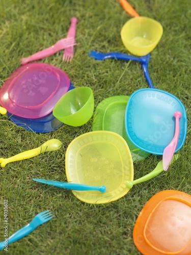 vaisselle en plastique pour pique nique dans l 39 herbe de food micro photo libre de droits. Black Bedroom Furniture Sets. Home Design Ideas