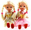 poupées blondes jumelles assises, fond blanc