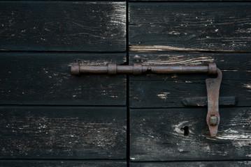 chiavistello su vecchia porta in legno