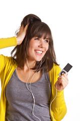 Frau tanzt mit MP3-Player in der Hand