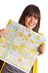 Frau zeigt eine Landkarte