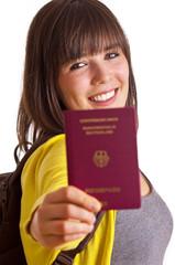 Frau zeigt Reisepass