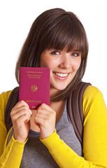 nette Frau hält einen Reisepass in den Händen