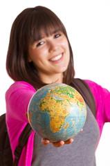 junge Frau zeigt einen Globus