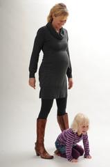 Schwangere Frau mit kleiner Tochter 2