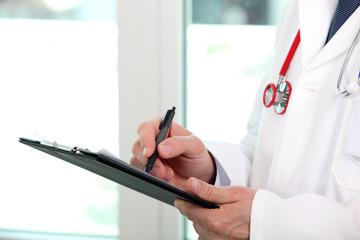 Médecin examinant un dossier médical
