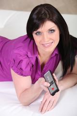 Portrait d'une femme avec une télécommande