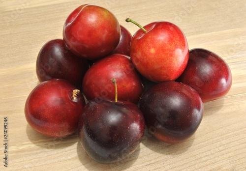 Susine rosse su sfondo in legno