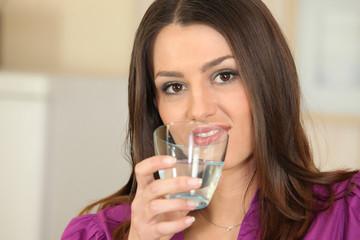 Portrait d'une femme avec un verre d'eau