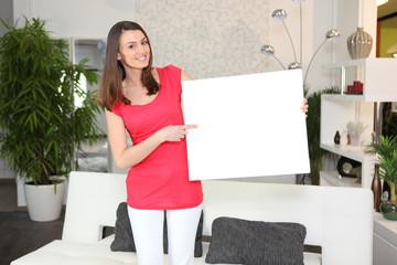 Femme pointant du doigt une pancarte
