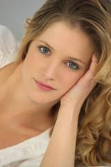 Portrait d'une belle femme blonde