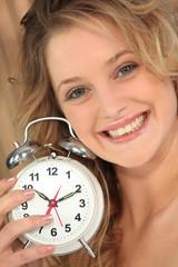 Portrait d'une femme avec un réveil