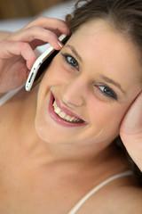 Portrait d'une femme au téléphone portable