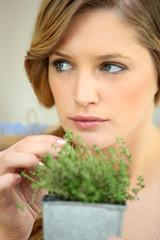 Portrait d'une femme avec plante aromatique