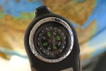 Kompass vor Globus