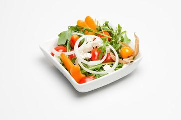 Kleiner frischer Salat in weißer Schale