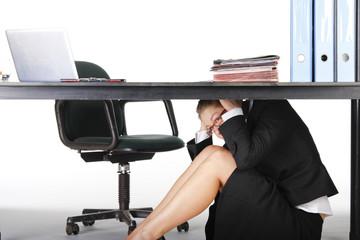 Frau unterm Schreibtisch