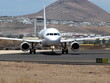 Ein Flugzeug rollt auf Lanzarote zum Start