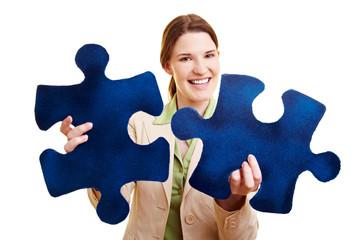 Frau mit zwei passenden Puzzleteilen