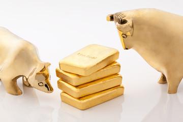 Bulle und Bär. Börsen Symbole mit Goldbarren