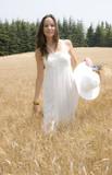 jeune femme en robe blanche qui se promène poster