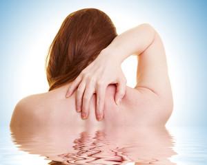 Frau mit Rückenschmerzen im Wasser
