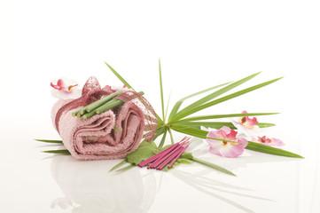 asciugamano e incenso rosa