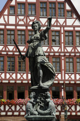 Justitia am Römerbrunnen in Frankfurt