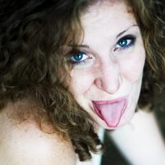 eune femme qui tire la langue