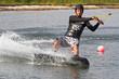 Junger Mann beim Wakeboarden