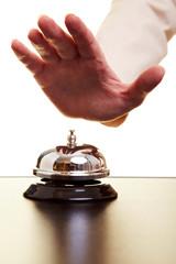 Hand schlägt auf Hotelklingel