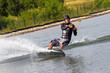 Junger Mann beim Wassersport Wakeboard Wasserski