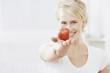canvas print picture - Junge Frau mit einem Apfel in der Hand