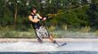 Mann beim Wasserski Bewegung