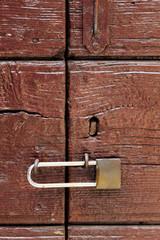 lucchetto su vecchio portone in legno