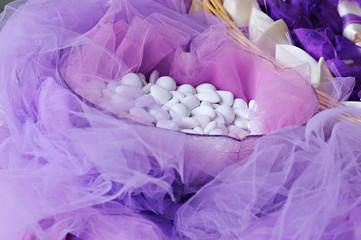confetti con velo da sposa colore viola
