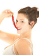 Schöne Frau ißt rote chili schote