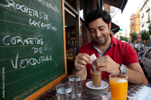 Hombre joven desayunando en Sevilla