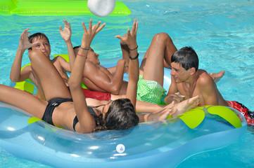 Groupe d'enfants jouant dans la piscine