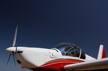 Motorsegler in Weiss-Rot-Blau vor blauem Himmel