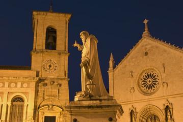 Umbria: Norcia, statua di san Benedetto