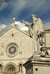 Umbria, Norcia, statua e Basilica di S. Benedetto