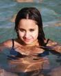jeune adolescente brune se baignant
