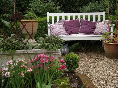 bank im garten stockfotos und lizenzfreie bilder auf bild 24313287. Black Bedroom Furniture Sets. Home Design Ideas