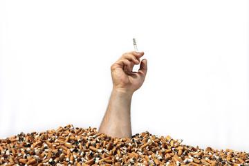 Hand aus Zigarettenberg